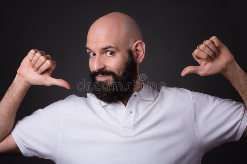 Posa sicura calva e beared fiera dell'uomo fotografia stock
