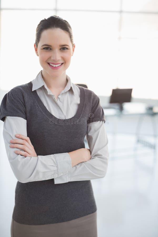 Posa sorridente della donna di affari fotografia stock libera da diritti