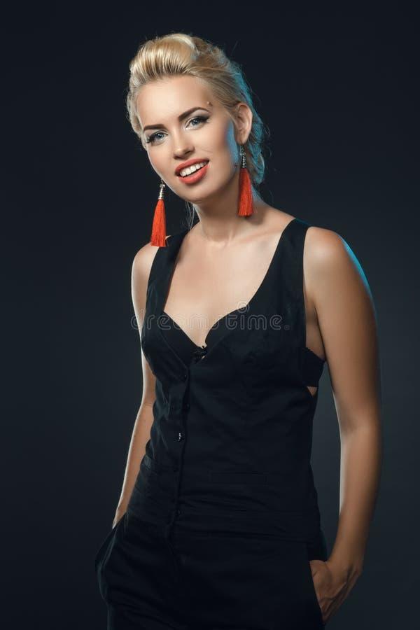 Posa sorridente della giovane bella donna nello studio immagine stock