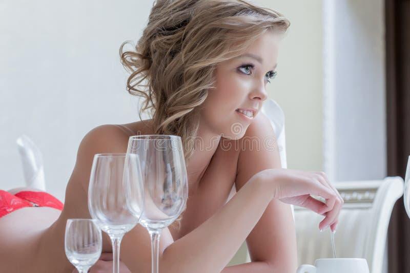 Posa sveglia sorridente della ragazza topless in mutandine rosse fotografie stock