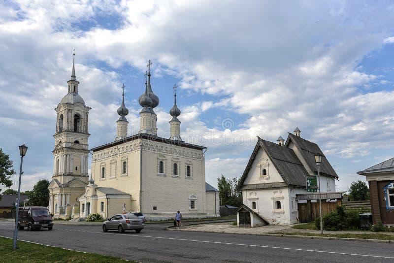 Posad hus och den vår damen av den Smolensk kyrkan, Suzdal fotografering för bildbyråer