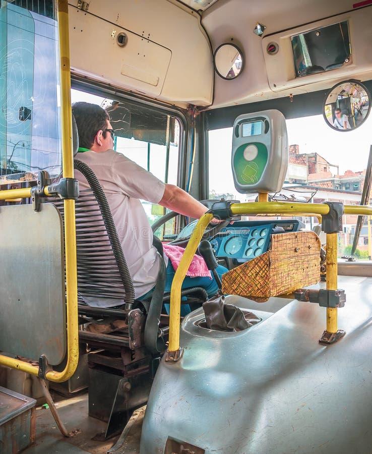 Posadas, Argentinien - Fahrer in seinem alten Ortsbus in Posadas, stockfotografie