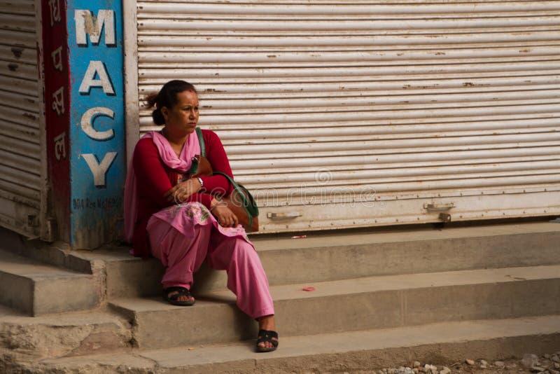Posadzona Nepalska kobieta, Kathmandu, Nepal fotografia royalty free