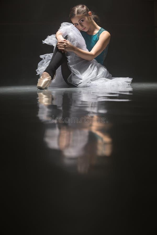 Posadzony baletniczy tancerz obrazy royalty free