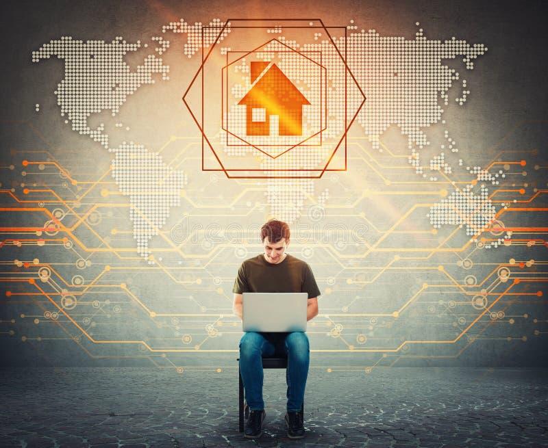 Posadzony mężczyzna pracuje na laptopie, wystawia cyfrową światową mapę, rewizja na jego notebooku, zakłada domu miejsce jako dom fotografia royalty free