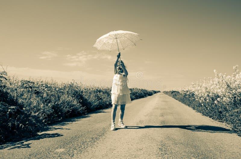 Posando con il parasole immagine stock
