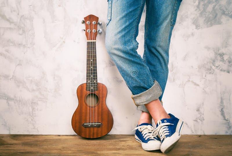 Posando con le ukulele fotografie stock
