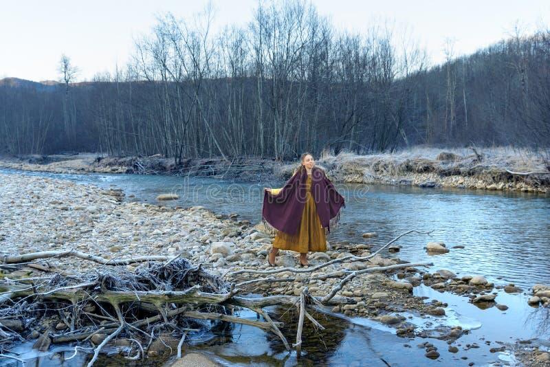Posando sui precedenti del fiume immagini stock libere da diritti