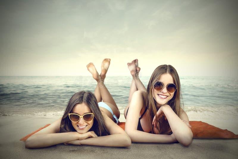 Posando sulla spiaggia immagini stock libere da diritti