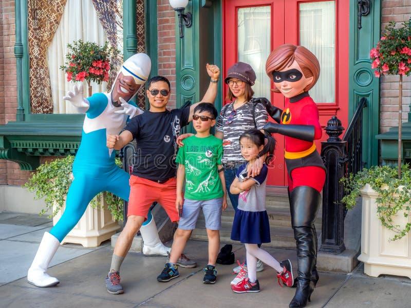 Posant avec l'Incredibles, studios de Hollywood, Disneyland photos libres de droits