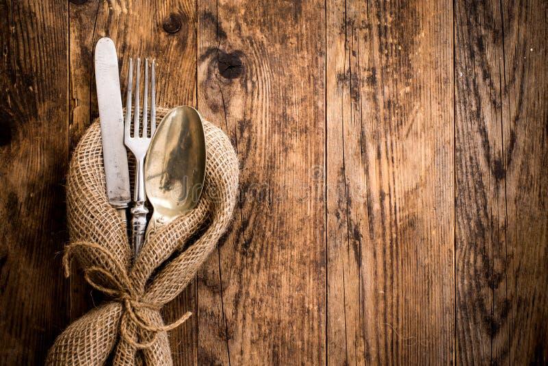 Posate la vecchia tavola di legno con uno stile rustico immagine stock libera da diritti