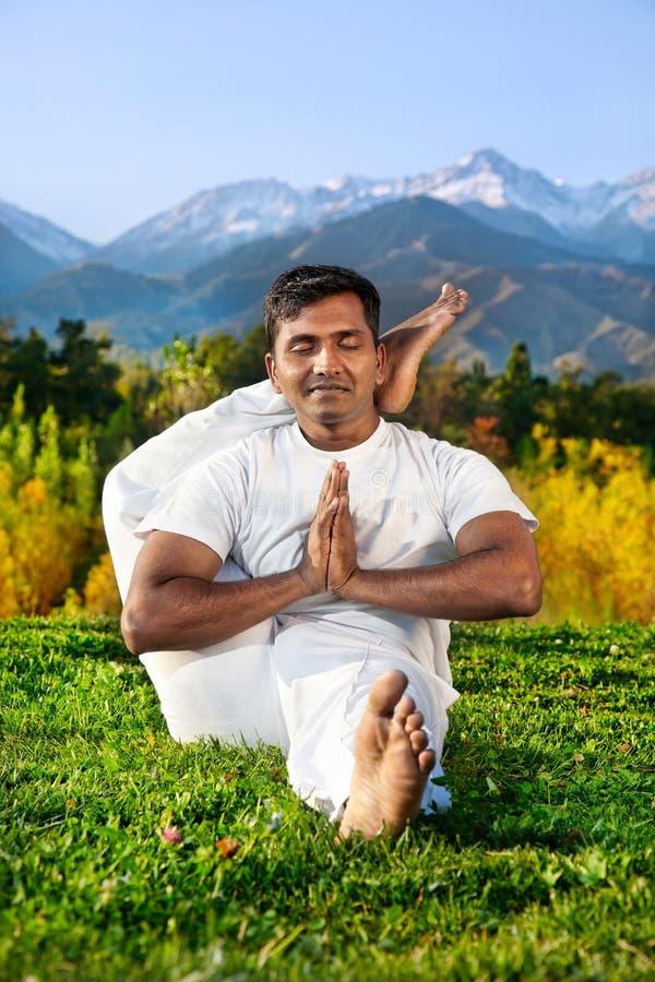Pose à l'avance de yoga en montagnes photographie stock libre de droits