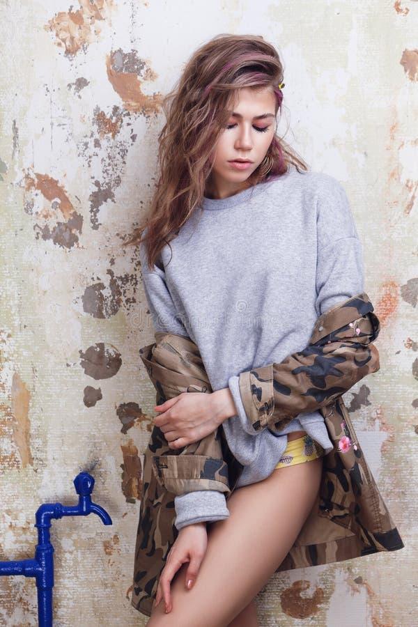 Pose à la mode fraîche de fille images stock