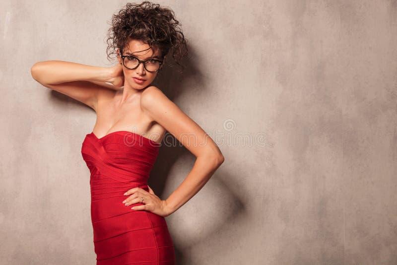 Pose élégante de jeune femme sexy photographie stock