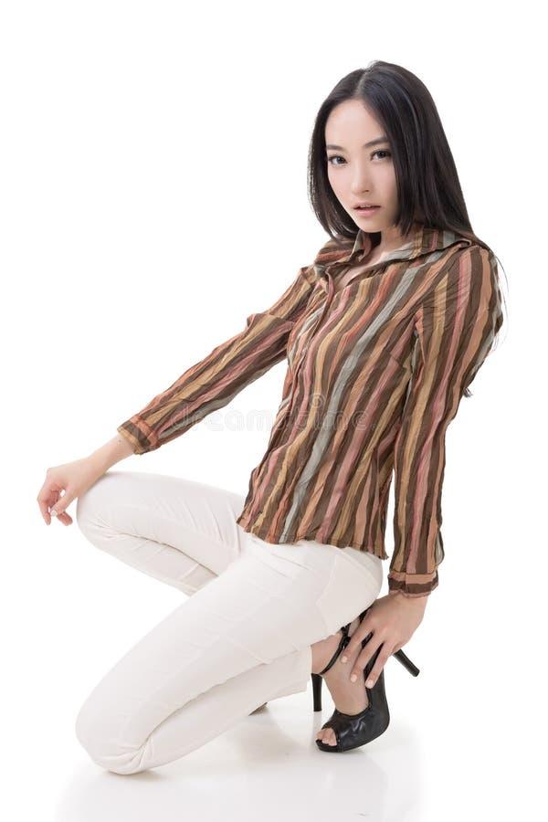 Pose accroupie par beauté asiatique sexy photo libre de droits