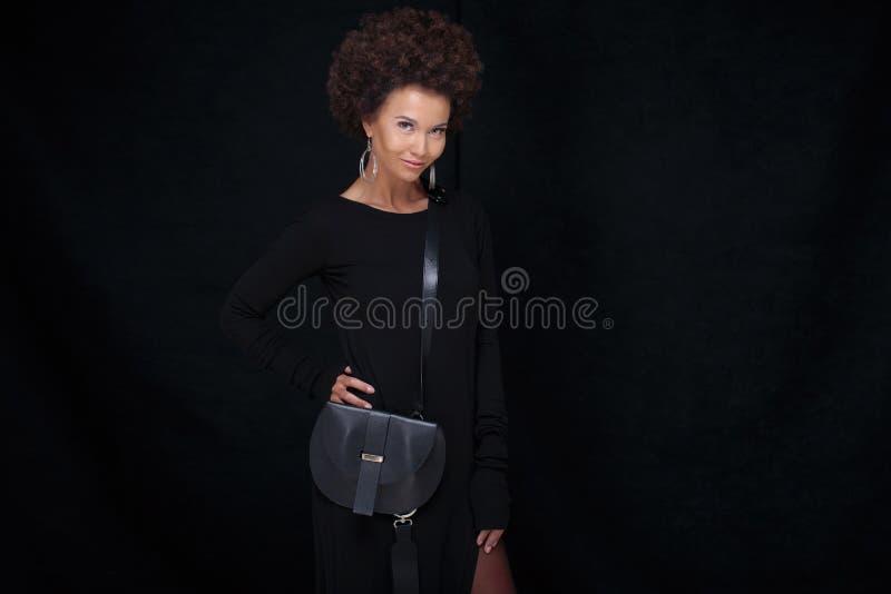 Pose Afro à la mode de femme photo libre de droits