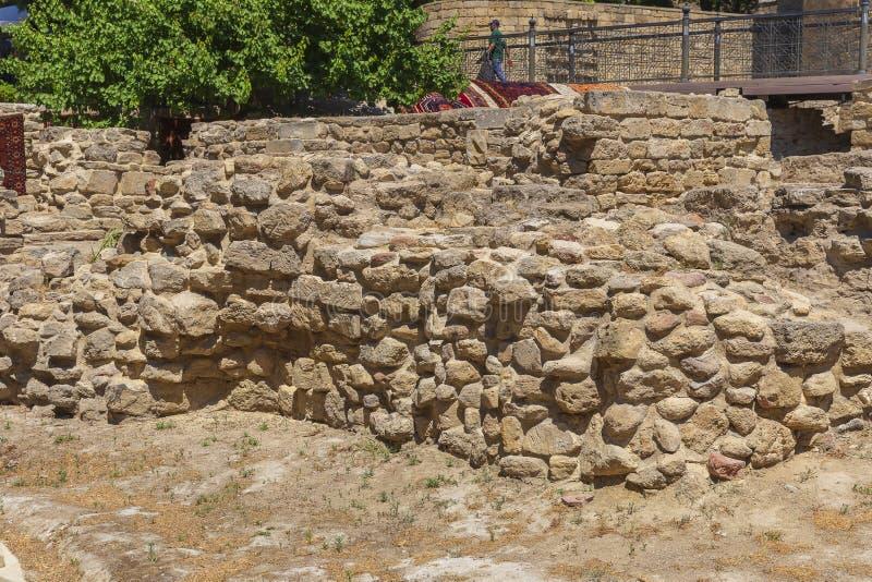 Pose antique de mur découverte dans la vieille ville de Bakou photo stock