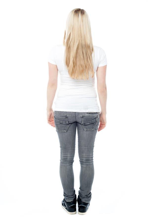 Pose arrière de jeune femelle occasionnelle image libre de droits