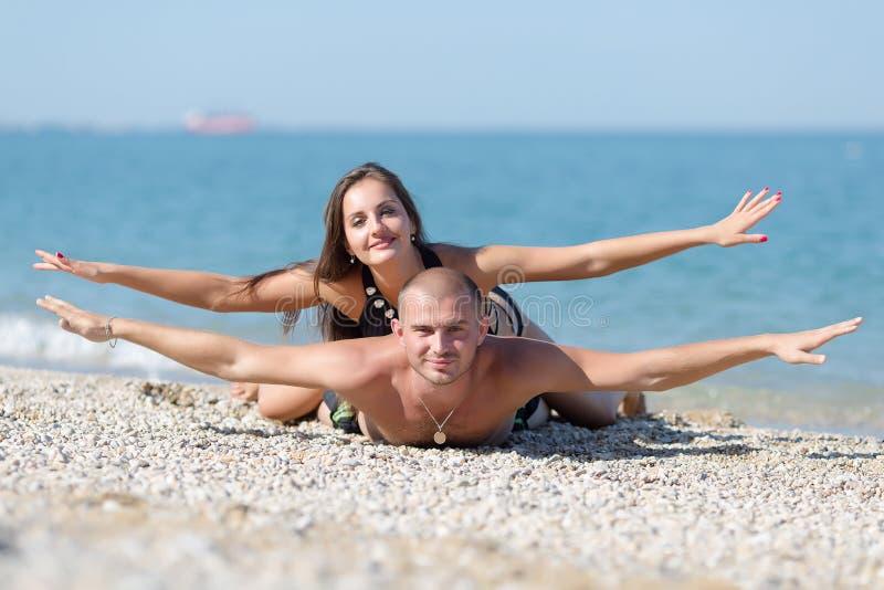 Pose attrayante de couples photographie stock