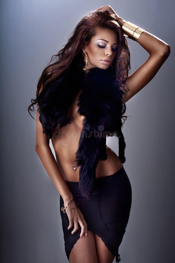 Pose attrayante de femme de brune. photo libre de droits
