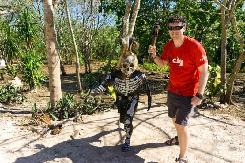 Pose avec un guerrier maya photos stock
