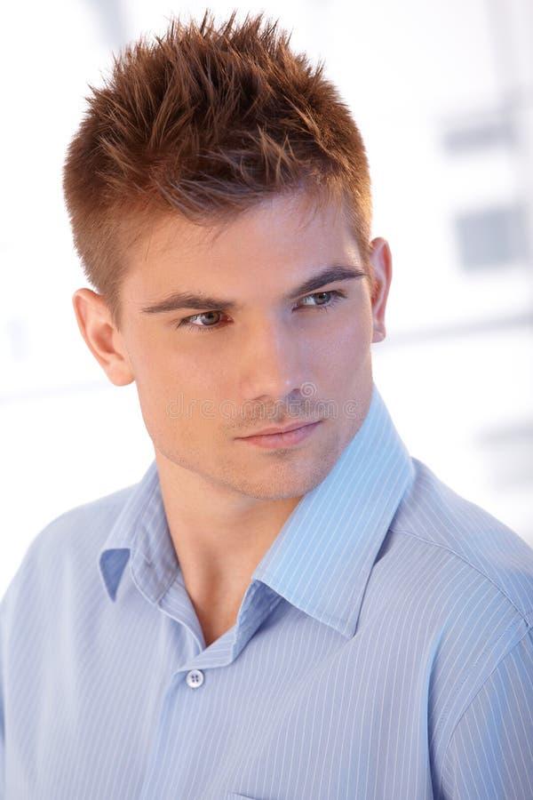 Pose belle de jeune homme photographie stock