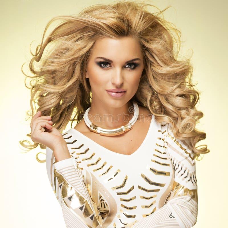 Pose blonde à la mode de dame. photos libres de droits