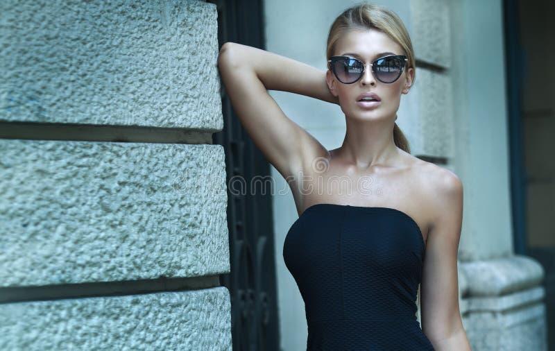 Pose blonde à la mode de dame photographie stock