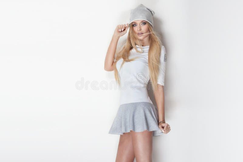 Pose blonde à la mode de femme photos libres de droits