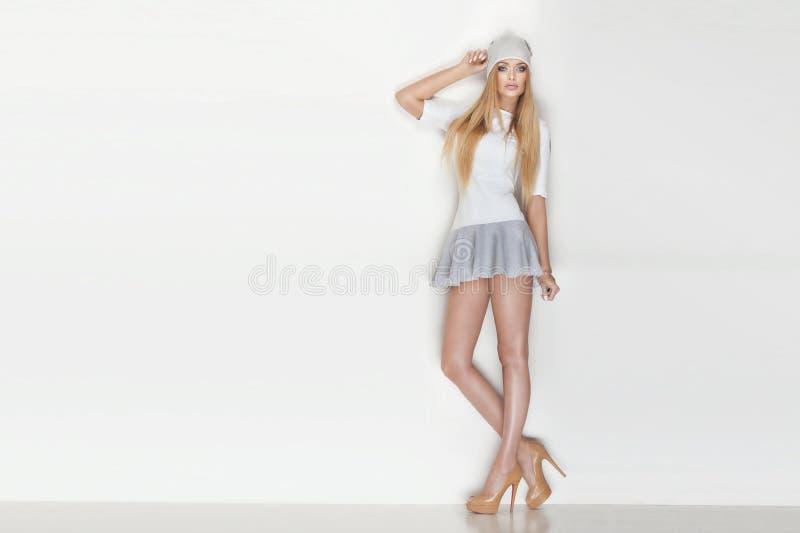 Pose blonde à la mode de femme images stock