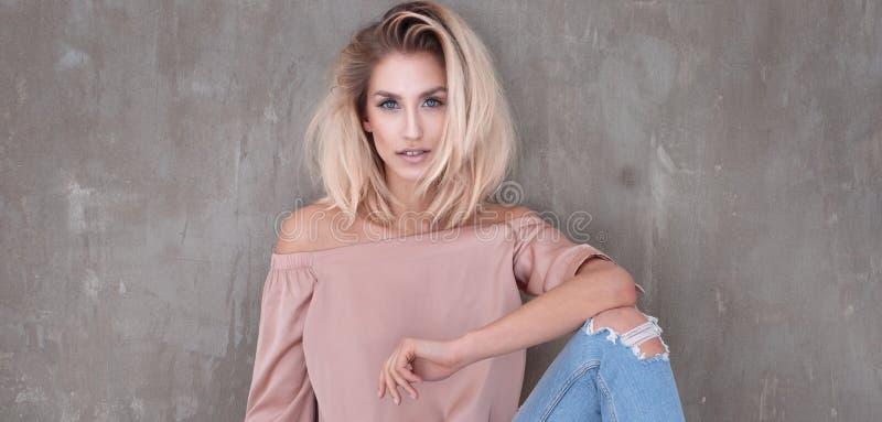 Pose blonde à la mode de fille photos libres de droits