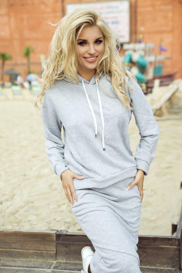 Pose blonde attrayante de femme photo libre de droits