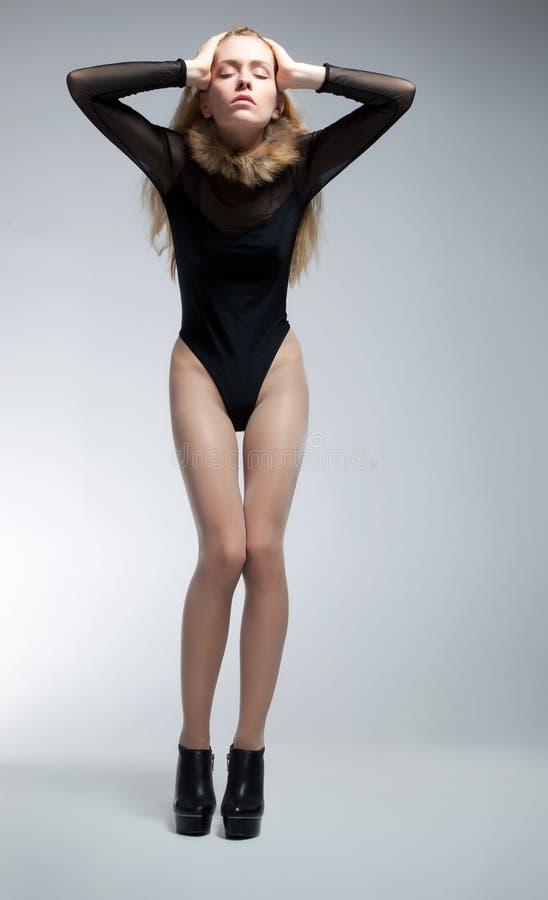 Pose blonde maigre sensuelle de jeune femme photos libres de droits