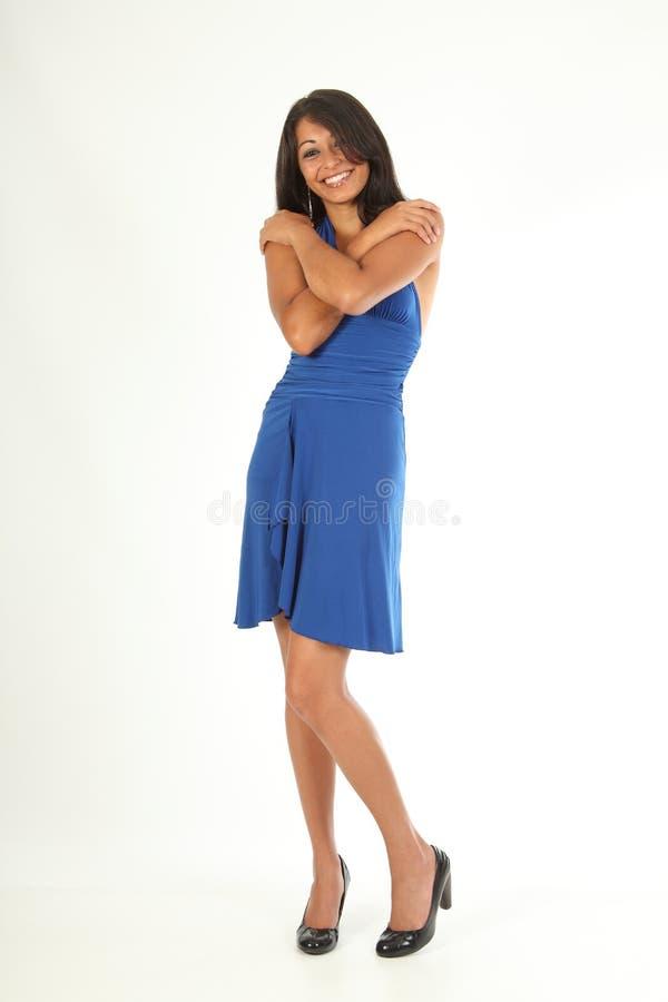 Pose d'étreinte d'amusement de robe s'usante de sourire de beauté images libres de droits