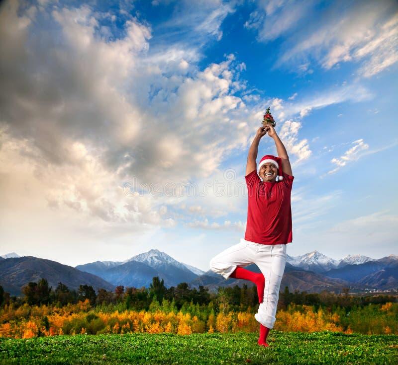 Pose d'arbre de yoga de Noël images libres de droits