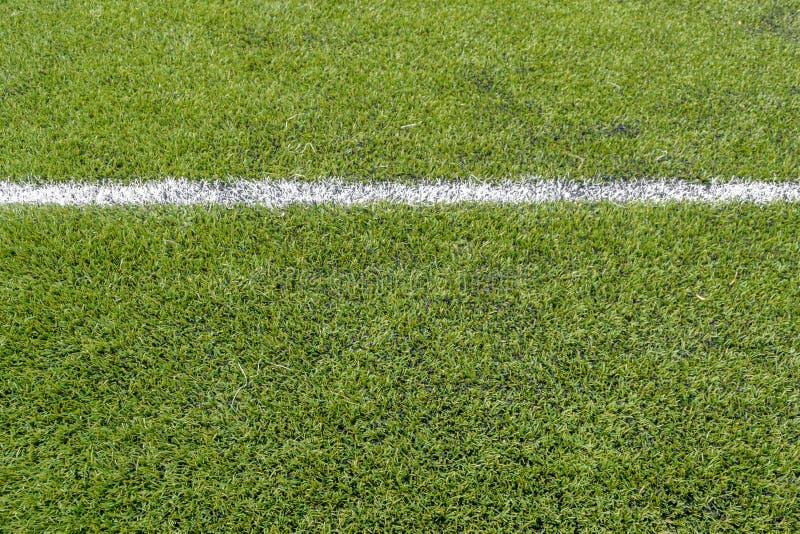 Pose d'un terrain de football artificiel de gazon image stock