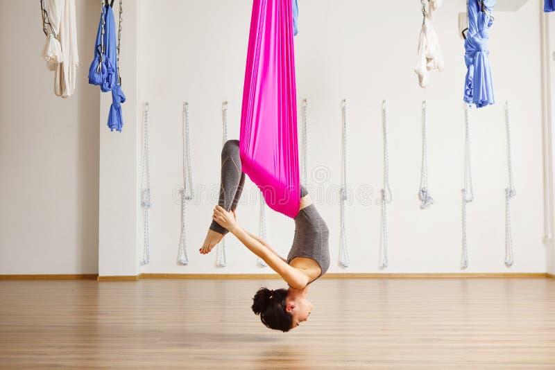 Pose da curva da inversão na anti ioga aero da gravidade Exercícios aéreos foto de stock royalty free