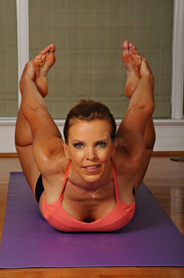 Pose da curva da ioga por Mulher fotos de stock royalty free