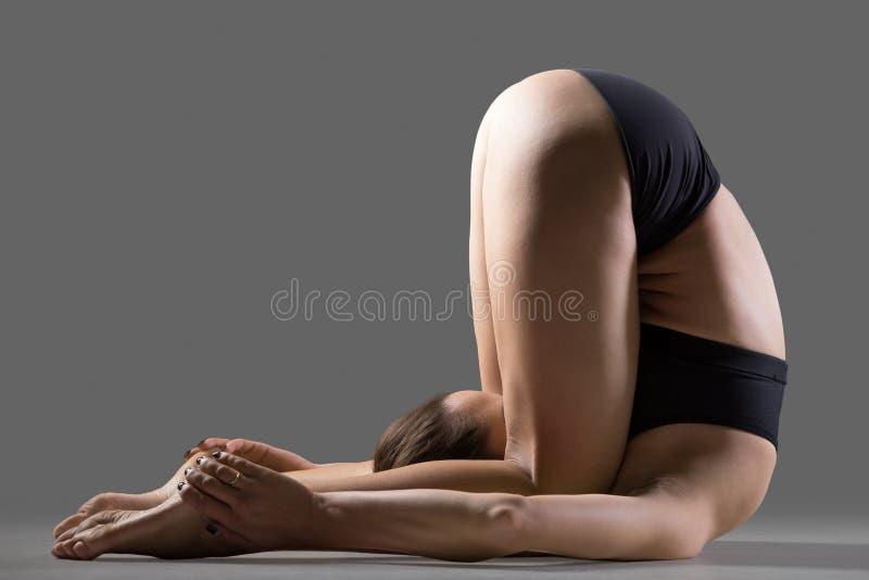 Pose da ioga da pressão da orelha imagens de stock