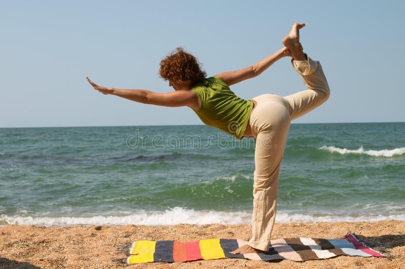 Pose da ioga de Natarajasana imagens de stock