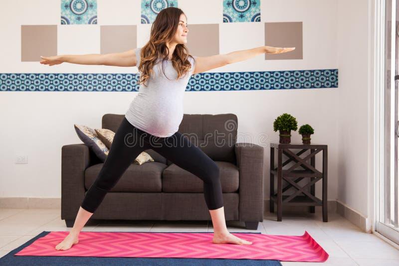 Pose da ioga do guerreiro e grávido fotos de stock