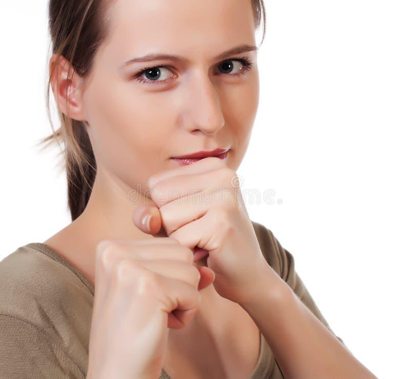 Pose da luta interna da mulher nova que levanta os punhos fotografia de stock royalty free