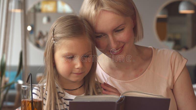 Pose da mãe e da filha no café foto de stock