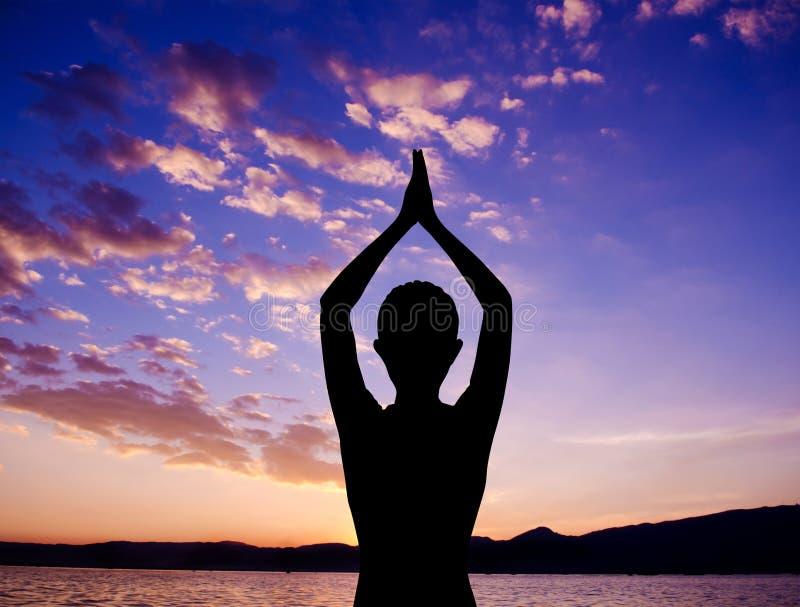 Pose da oração da ioga da silhueta fotografia de stock royalty free