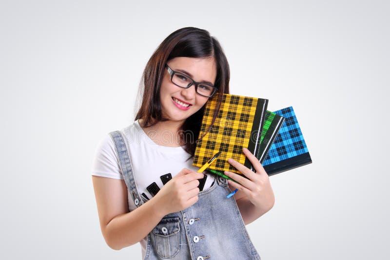 Pose de ballot d'école avec des livres photos stock