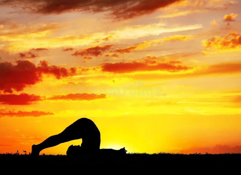 Pose de charrue de Halasana de silhouette de yoga photo libre de droits