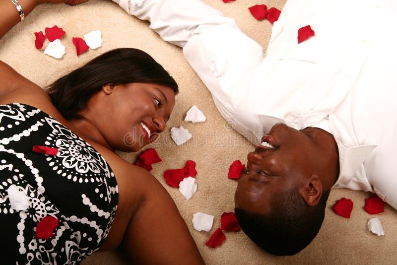 Pose de couples d'Afro-américain image libre de droits