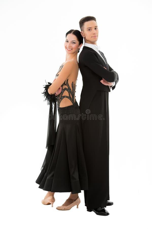 Pose de couples de mode d'isolement sur le blanc Couples dans l'amour des danseurs de salle de bal Femme sexy dans la robe noire  image libre de droits