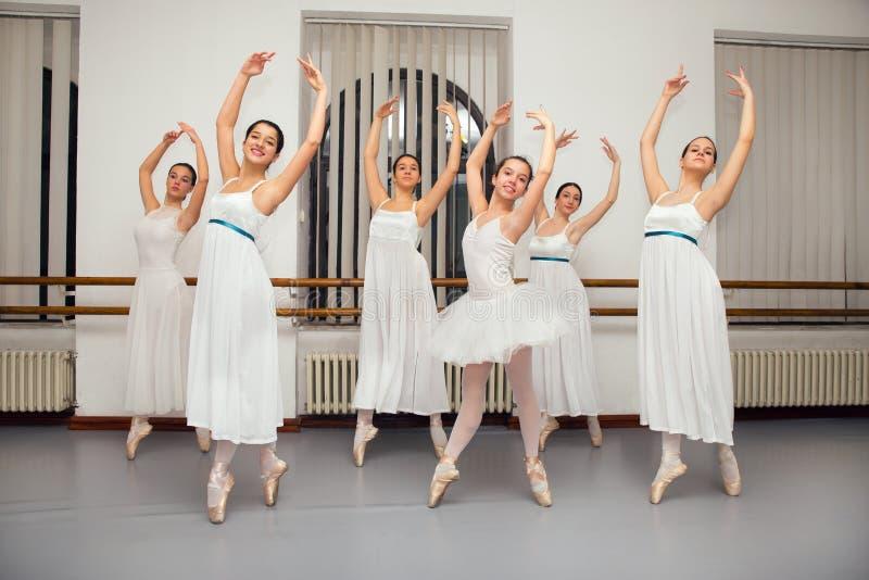 Pose de danseuses de ballerine pour la photo de considérant photographie stock libre de droits