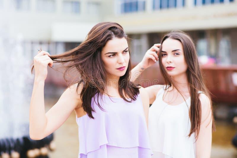 Pose de deux belle amies sur la rue images libres de droits